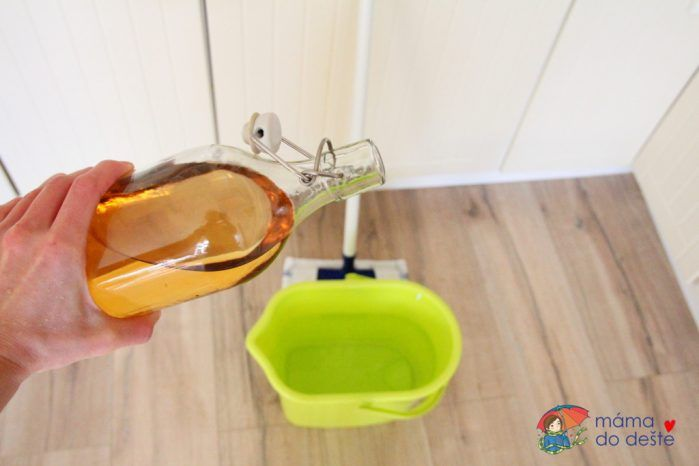 Mytí podlahy octem a vodou