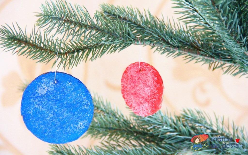 DIY vánoční ozdoby z kartonu se slanými krystaly