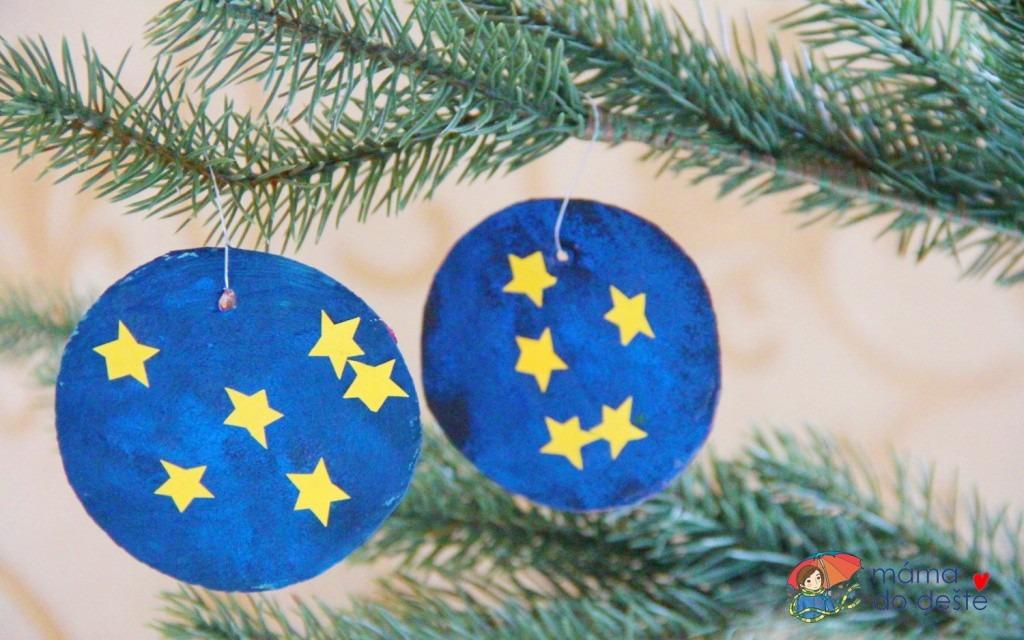 DIY vánoční ozdoby z kartonu: Noční obloha zdobená houbičkovou technikou