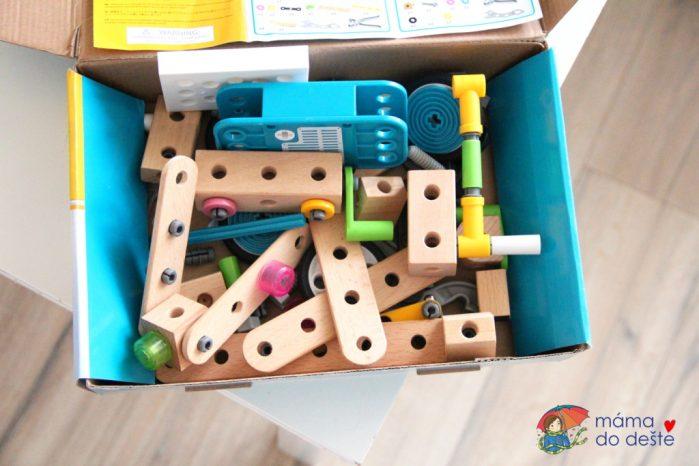 Stavebnice Brio je vyrobena ze dřeva, ale objevují se v ní také plastové části