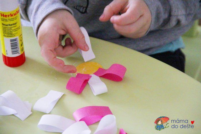 DIY ozdobné kytičky do květináče pro babičku (od 2,5 let)