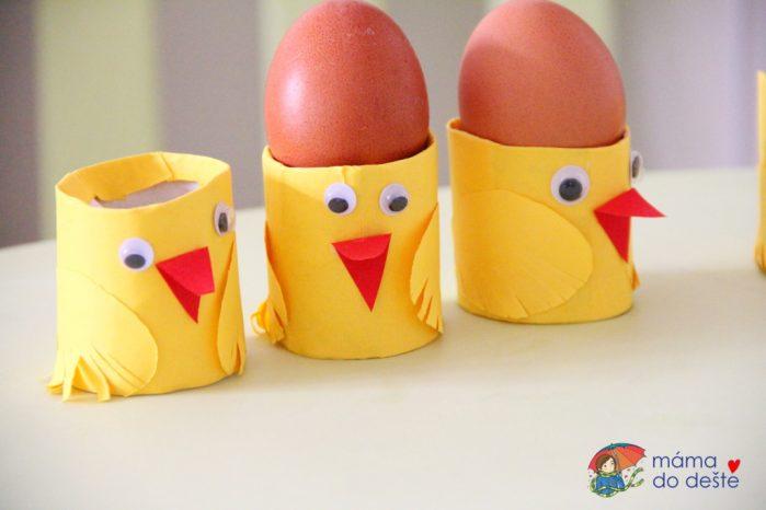 Kuřátko z ruličky od toaletního papíru jako stojánek na vajíčka