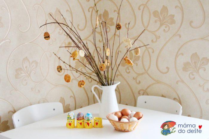 Barvení velikonočních vajec s malými dětmi: Košilky, nálepky, barvy i voskovky