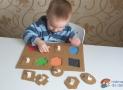 """Vyrábíme doma: Vkládačka """"geometrické tvary"""" zpapírové krabice"""