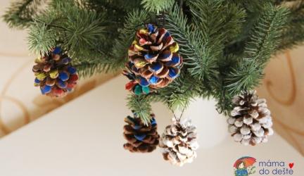 Barevné azasněžené šišky jako ozdoby na vánoční stromeček