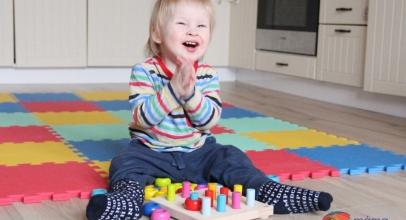 Procvičujeme jemnou motoriku: HABA hra s barvami, špalíky a kroužky